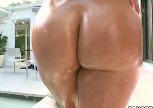 Is there everything hotter than a curvy milf who knows how to make a guy cum within seconds Bella Reese shakes her big a-hole whilst getting ready for some serious fucking!