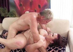 Corpulent 'n' stacked Lady Lynn receives her pussy drilled