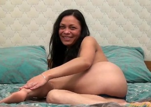 Tight shaved milf pussy looks mouth watering in bed