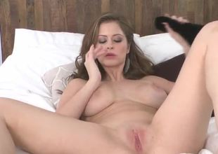 Emily Addison, being the pro that she is, knows that youve got to go all out in a solo show. So she shaved her pussy, lost her clothes, and got ahold of a damn fine sex toy.