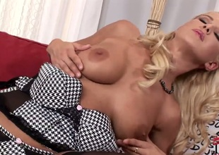 Blonde spends time rubbing her muff pie