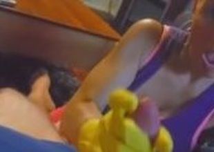 branlette avec des gants en caoutchouc jaune
