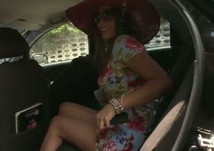 The handsome coquette Sandra in a pretty dress and red large hat is looking for a new house. The seductive man offers his help and and they go to see the house. What happens next