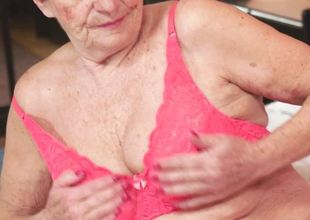 Old woman getitng her pussy drilled
