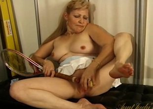 Tennis slut copulates the racket into her pussy